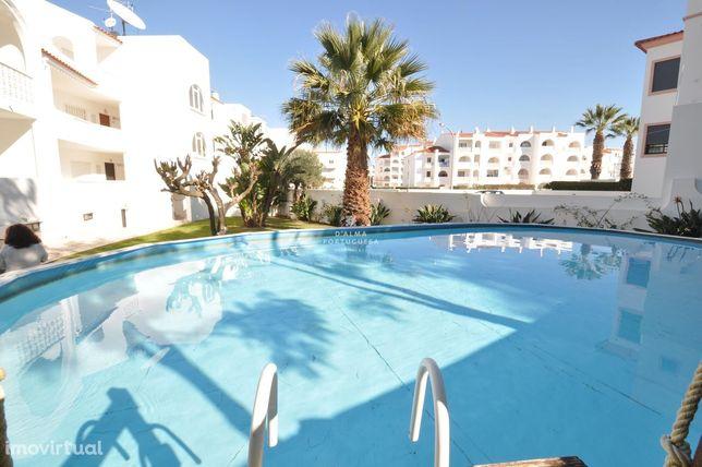 Espaçoso T2 com 2 casas de banho, garagem ,piscina ,perto da praia em