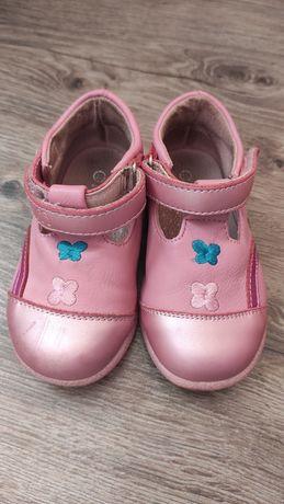 Рожеві туфельки на дівчинку