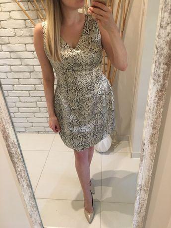 Wężowa sukienka złota błyszcząca skóra węża elegancka dekolt V