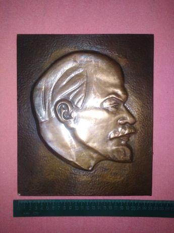 Атрибуты эпохи СССР: барельеф Ленина, Устав партии, книга Сталина и пр