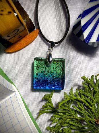 Naszyjnik kwadrat zielono-niebieski z brokatem