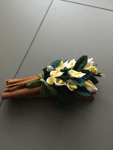 Arranjo Floral Paus de Canela