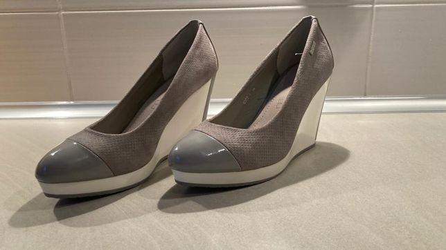 Śliczne buty na koturnie