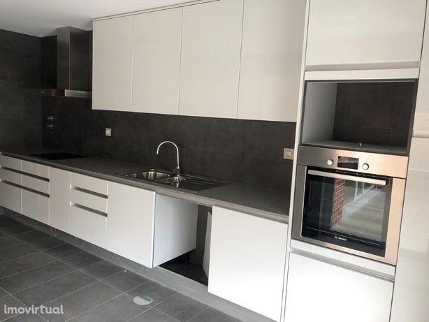 Fantástica Moradia T4 em condomínio privado no centro de ...