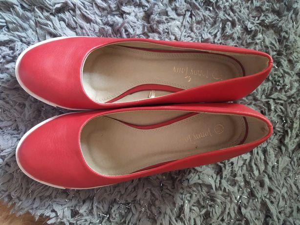 Czerwone buty na koturnie. CCC