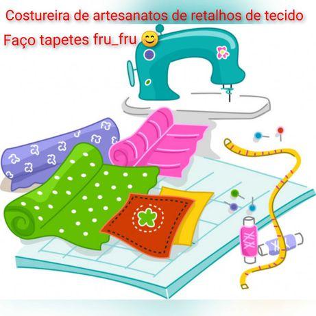 Costureira de tapetes artesanais de retalhos de tecidos