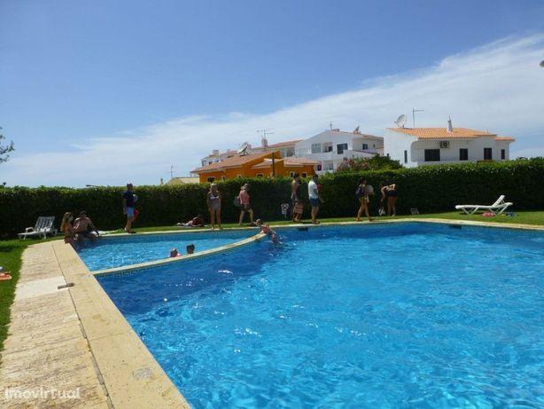 Simpático apartamento T1+1 em condomínio com piscina, em ...