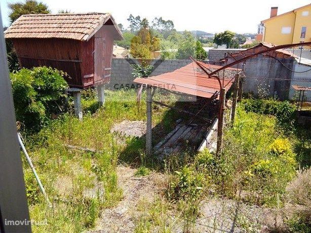 Quintinha com grandes áreas de habitação e de terreno-Serzedo.