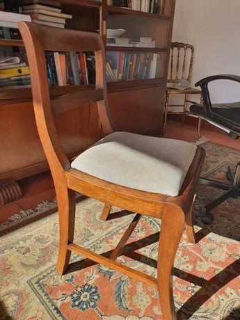 Cadeiras em madeira e estofo