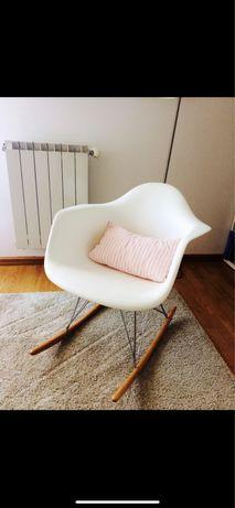Cadeira branca de baloiço