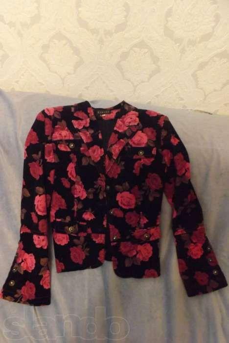 Стильный практически новый фельветовый пиджак с цветочным принтом.Хит