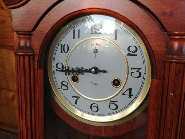 Zegar drewniany z wahadłem.