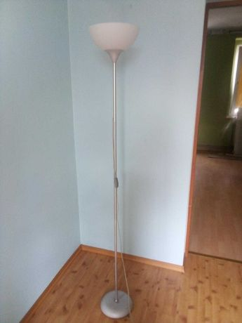 Lampa podłogowa w dobrym stanie