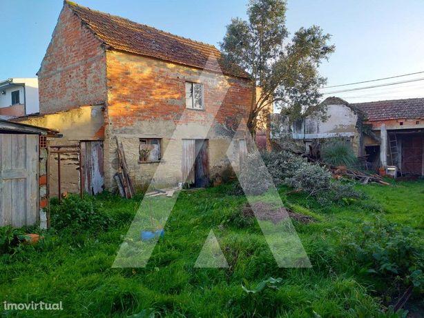 Terreno com 780 m2 com moradia para demolir ou reconstruir.