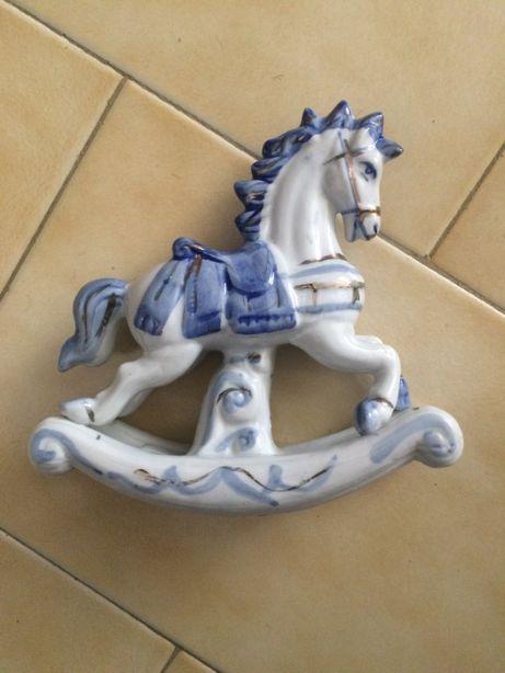Cavalo de Porcelana Azul e Branco