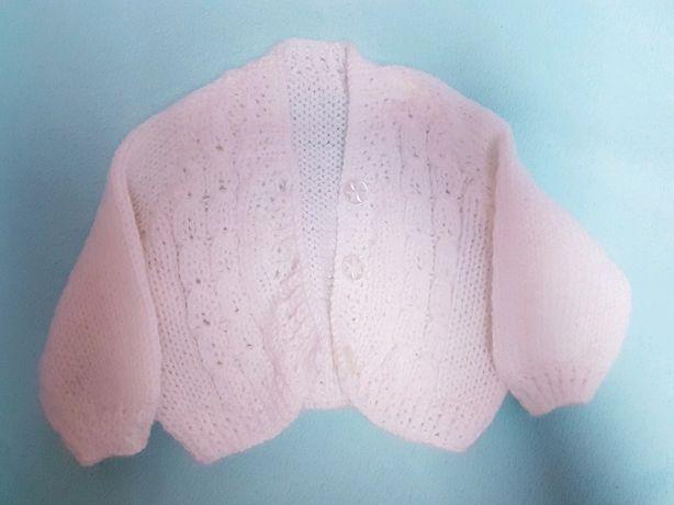 Uroczy biały sweterek zrobiony na drutach
