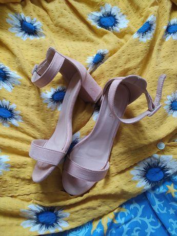 Sandały na słupku, zakryta pięta