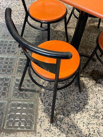 2 mesas + 8 cadeiras de esplanada (anos 70).