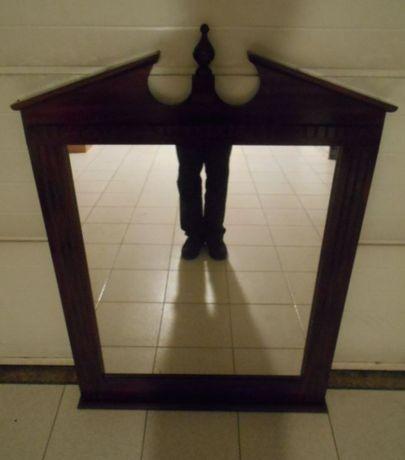 Grande espelho de móvel de quarto, com as medidas de 125 x 88 cm.