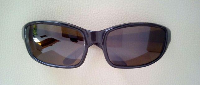 okulary w czarnej oprawie idealne do jazdy na rowerze samochodem