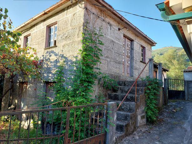 Vende-se casa na aldeia