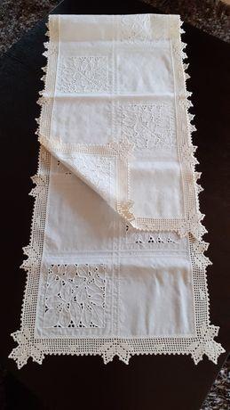 Pano para centro de mesa com crochê feito por profissional