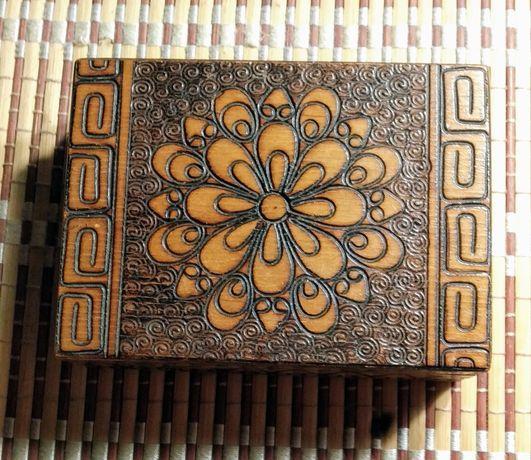 Drewniana szkatułka na biżuterię z okresu PRL-u