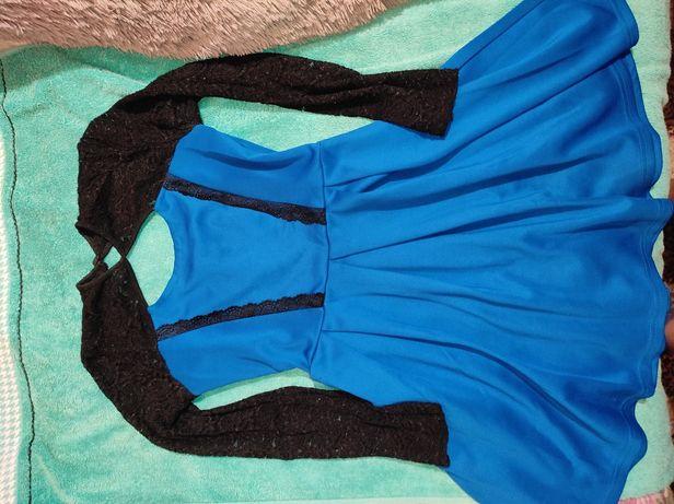 Синя сукня із чорним гіпюру. Виглядає надзвичайно привабливо.