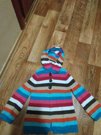 Яркая полосатая кофта с капюшоном.