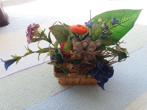 Cesto com flores e 2 ratinhos