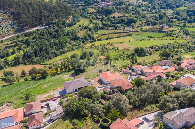 2 moradias c/ terreno c/ área total de 1394 m2 na Póvoa de Lanhoso