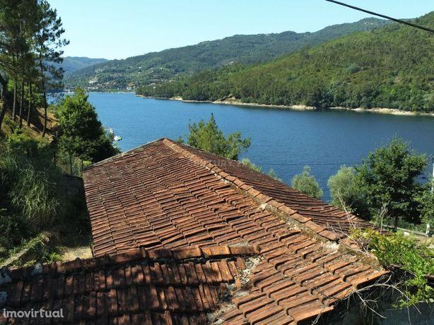 Moradia no Gerês junto ao rio com 7.500m2 terreno.