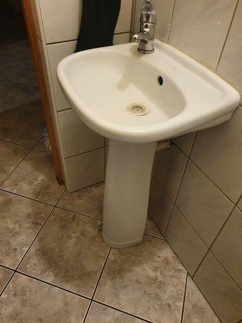 Umywalka do toalety z postumentem