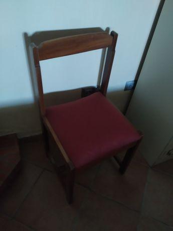 Cadeira de madeira com almofada