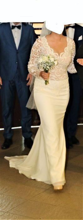 Sukienka koronkowa z długim rękawem i trenem