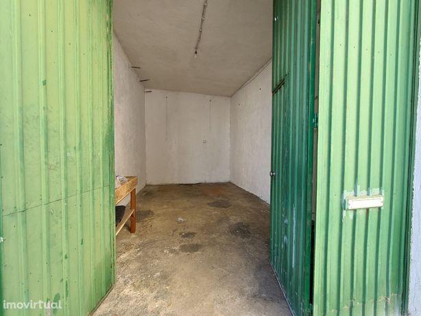 BOX Garagem Exterior 16m2 - direta para a rua - Amora