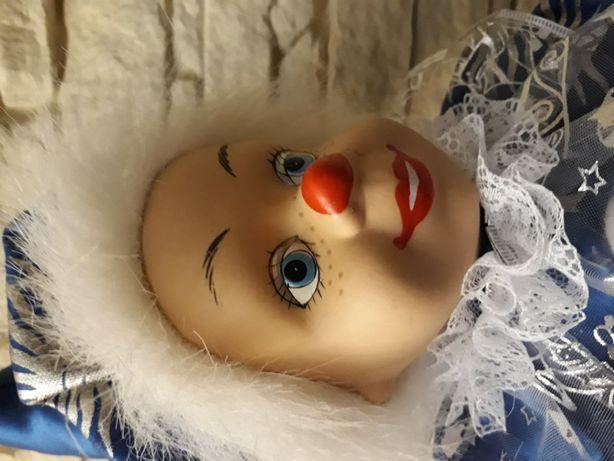 """Кукла фарфоровая интерьерная """"Клоун на качелях""""."""