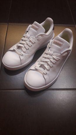 Кросівки adidas.