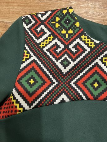 Шикарное зелегое платье с орнаментом 44-46