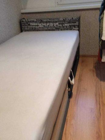 Łóżko z materacem i pojemnikiem na pościel!