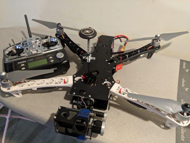 Drone para pesca desportiva com gimbal frontal