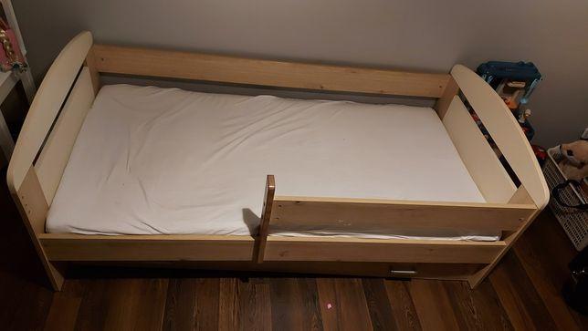 Łóżko dziecięce z materacem i komodą.  Stan bardzo dobry