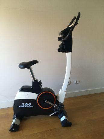 Bicicleta elíptica estática com visor eletrónico