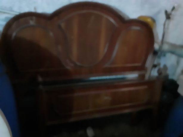Cama vintage em madeira