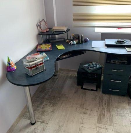 Стол писменный и книжный шкаф
