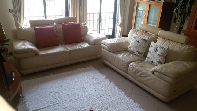Conj. 2 Confortáveis Sofás em Pele de 2 e 3 lugares