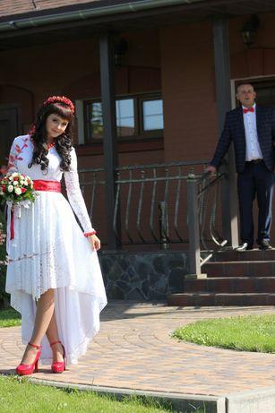 Весільна сукня ручної роботи зі шлейфом
