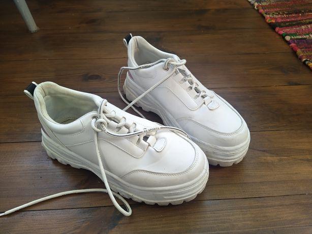 Продам кросівки білого кольору