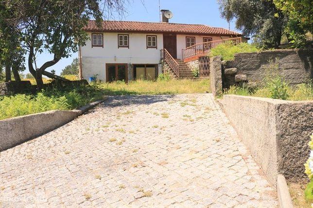 Moradia inserira em terreno com 7.000 m2 próximo do Rio Cávado.