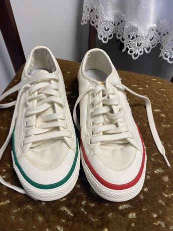 Buty Adidas z dwoma innymi kolorami podeszwy